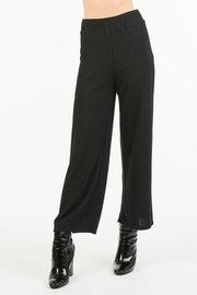 Loose fit, ribbed pants with an elastic waist band and cropped length.