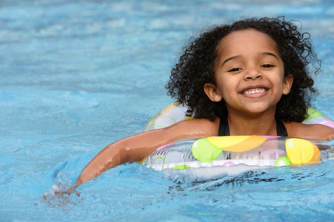 Crianca verao piscina