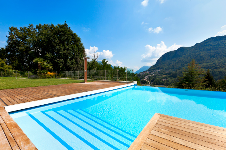 Wood deck wrapped around L shaped swimming pool : 177401461 from www.homestratosphere.com size 725 x 483 jpeg 311kB