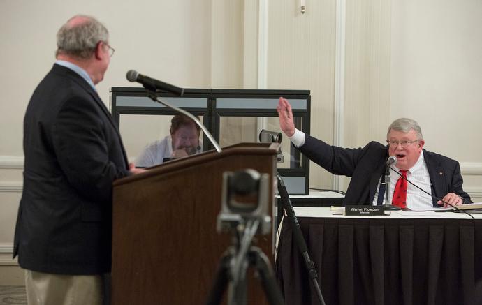 일리노이주 에반스톤에서 모인 사법위원회의 특별회의 중 가졌던 5월 22일 공청회에서 사법위원회의 교체위원인 워렌 플로우든(우측)이 키이스 보에트 목사에게 질문을 던지고 있다. Photo by Kathleen Barry, UMNS.