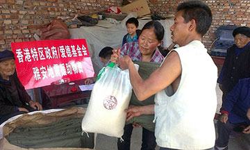 Amity Foundation staff members distribute relief supplies in China's Sichuan Province.