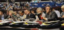Delegados trabajan para adoptar reglas parlamentarias durante la sesión organizacional del 23 de abril, 2008, de la Conferencia General de la Iglesia Metodista Unida en Fort Worth, Texas.