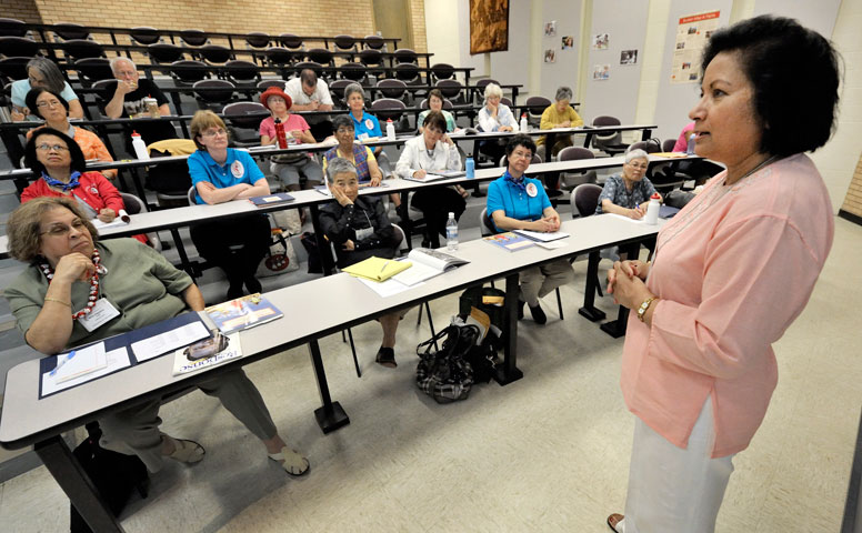 Sarla Chand leads a seminar on Sudan in Powell, Wyo. A UMNS file photo by Paul Jeffrey, Response.