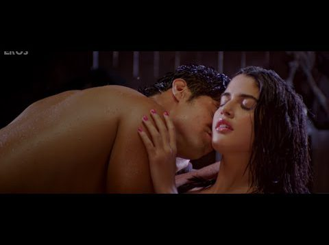 Tanuj Virwani and Izabelle Leite Hot Kissing Scene – Purani Jeans