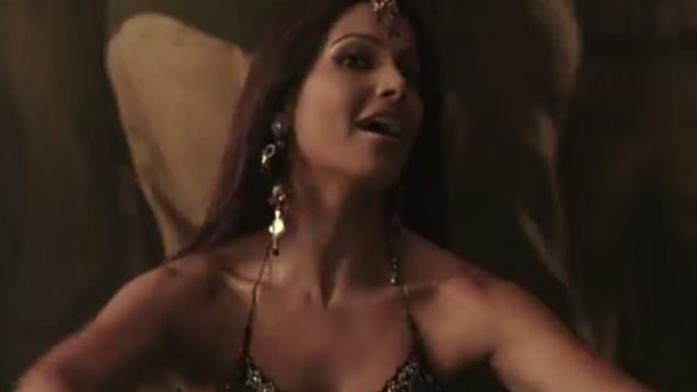 Bipasha Basu Item Song – Jawa Pe Laga – Omkara
