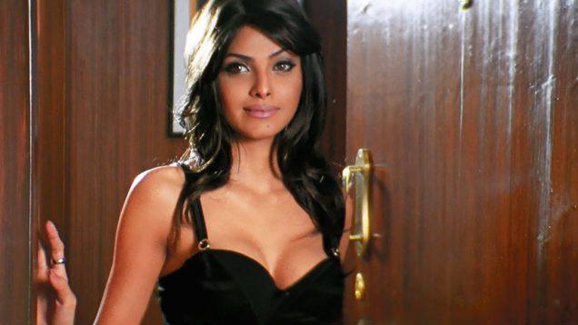 Sherlyn Chopra Exposes Her Hot Cleavage to Emraan Hashmi – Jawani Diwani