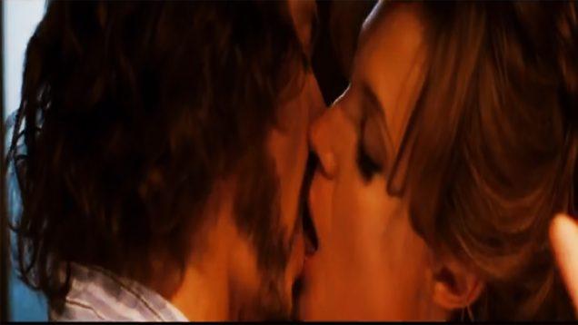 101-Angelina-Jolie-and-Johnny-Depp-Kissing-Scene-The-Tourist-2010