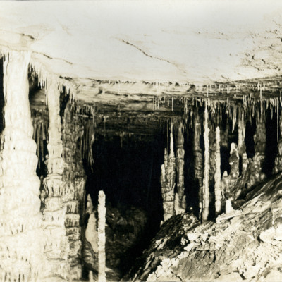 Great Onyx Cave. Colonade.