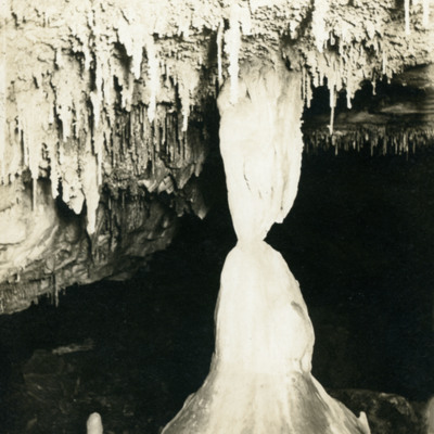 Great Onyx Cave, Alabaster stalactite and stalagmite joined.
