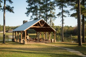 A second lakeside pavilion is situated close to the cabins.