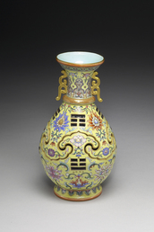Vase with revolving core and eight-trigram design