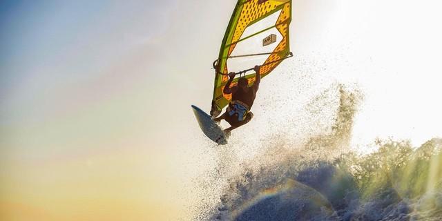 25 senelik rüzgar sörfü geçmişi olan Berk Yalgın'ın başladığı andan dünyanın en prestijli rüzgar sörfü yarışına katılma sürecini ondan dinledik.