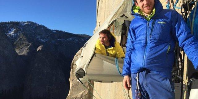 Caldwell(sağda) ve Jorgeson. İnsafsız düzlükte, yüzeyinde tutunacak birkaç yarık ve çıkıntı bulunan Dawn Wall'da.