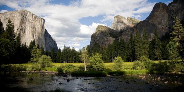 El Capitan'a çıkan yaklaşık 100 rota var(solda). Vadi tabanından yapılan ilk tırmanış 1958'de yapılmış.