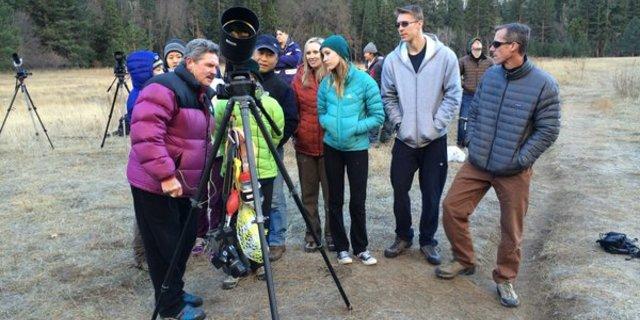 İzleyiciler El Capitan'a yapılan tırmanışları kaydeden Tom Evans'ın(solda) kamerasının ortasında toplanmış.