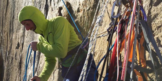 Tommy Caldwell, El Capitan'daki Dawn Wall'un en zorlu kısımlardan birinde ip çekerken görülüyor.