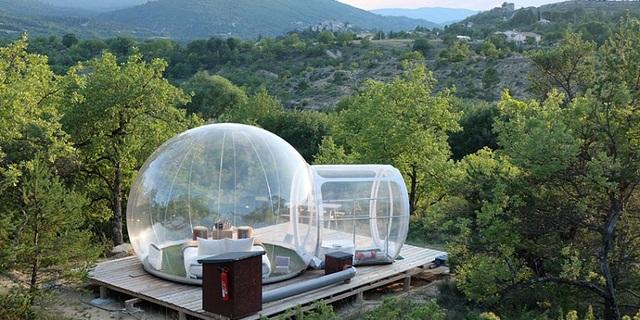 Ağaçların arasında bir balon otel