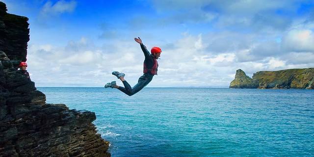 """""""Galler'de icat edilen coasteering, Pembrokeshire'ın muhteşem kayalıklarında çevreye dair farkındalığı artırmak için yapılan bir spor."""""""