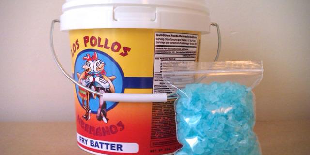 Breaking Bad dizisindeki meşhur tavukçu Pollos Hermanos'un kovalarından bir tanesi.