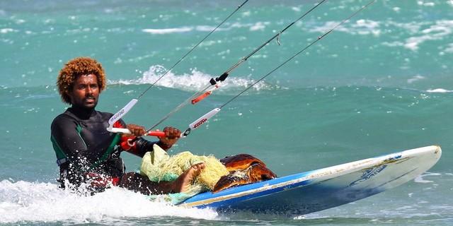 Dünya şampiyonu kite'cı Mitu Monteiro, tehlikeli kayalık bir bölgede iplere dolanmış olan deniz kaplumbağasını kurtarıyor…