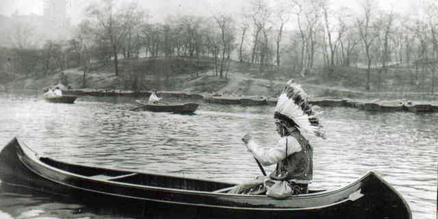 Şef Büyük Ateş, 1927 yılında Central Park gölünde kanosuyla seyahat ediyor.