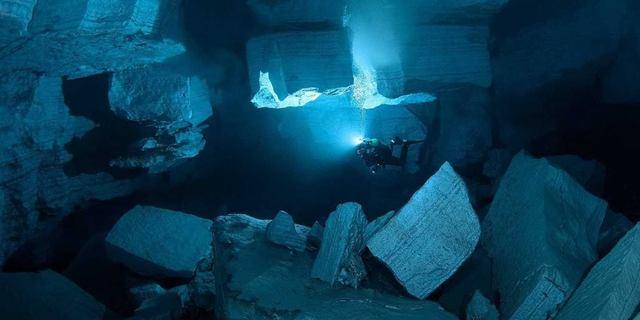 Orda Mağarası'nda keşif yapan bir dalgıç