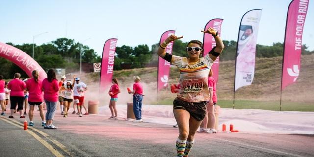 Varış çizgisine ulaşan bir koşucu