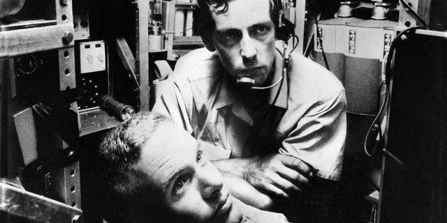 Jacques Piccard (kulaklığı ve mikrofonu olan) ve Donald Walsh