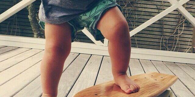 Dünyaya gelir gelmez kendini kaykay tahtasına atan bir bebek daha