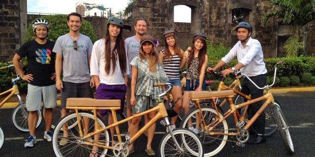 Bambu bisikletlerle bir hatıra fotoğrafı
