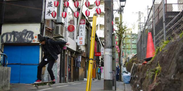 Tokyo'da bir kaykaycı