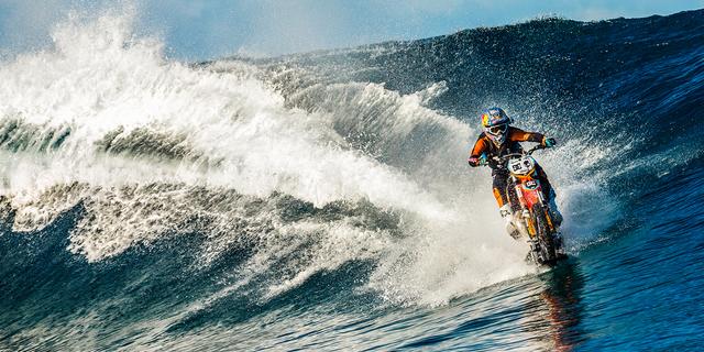 Robbie Maddison motosikletiyle  sörf yaparken