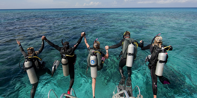 Scuba ekipmanlarıyla tekneden atlamak ciddi bir iştir