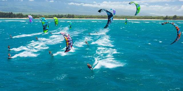 """""""Fiyat olarak uçurtma sörfüne en yakın yelkenli branşı olan rüzgar sörfünün komple ekipman seti 2500-3000 euro civarındayken, bu fiyat uçurtma sörfünde 1000-1500 euro seviyesine düşüyor."""""""