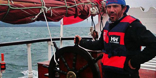 Faruk Kar çocukluk hayali olan korsan gemisi içinde