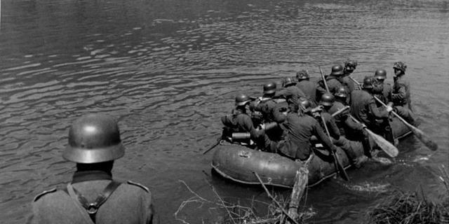 1940 yılında Alman askerleri Maas Nehri'ni geçiyor