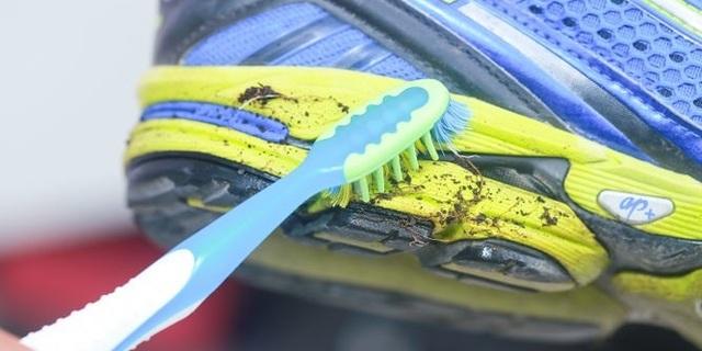 Ayakkabınızı fırçayla temizleyin