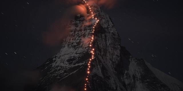 Bir grup dağcı, Edward Whymper'in ilk kez zirveye çıkışının 150'nci senesi anısına Matterhorn Dağı'na tırmandı.