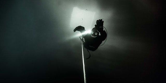 Yine kafasındaki fenerin ışığı ve ipin yardımıyla…