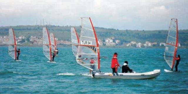 Yelken Federasyonu'nun düzenlediği 1. Windsurf Ligi ilk yarışı