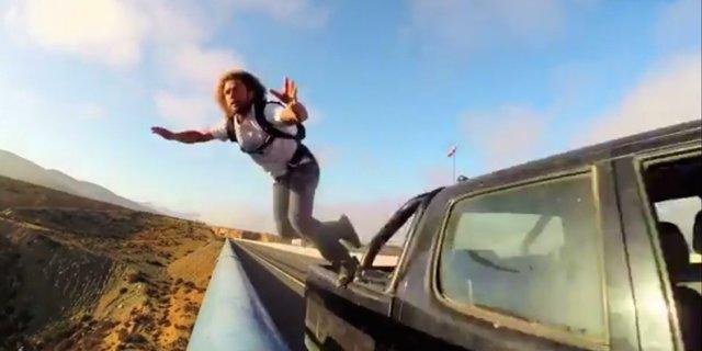 Şoför arkasındaki adamın uçurumdan atladığını bilse ne yapardı acaba?