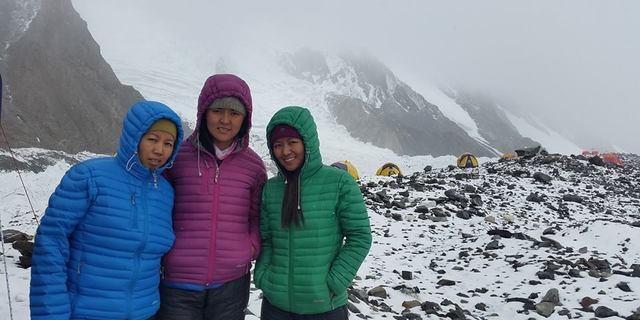 Üç dağcı K2 ana kampında