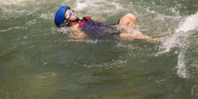İşte ideal bir rafting kazazedesi yüzüşü