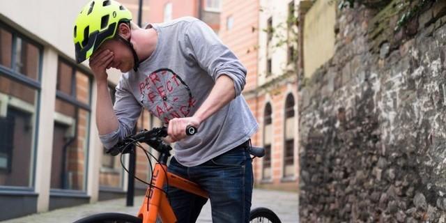 Bisikletin sıkıntılarını çözemeyen sürekli ağlar!