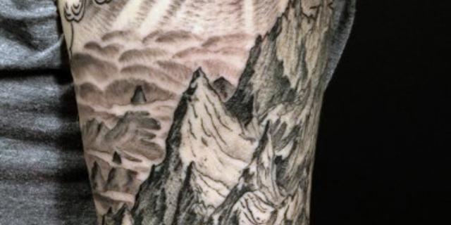 Gotik bir dövme biraz da