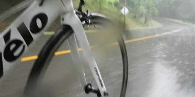 İncecik yol bisikleti lastikleri kaymak için fırsat kolluyor!