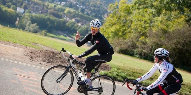 Sürüş sırasında sağlam bir bisikletçi bulun ve olup biteni yorumlatın