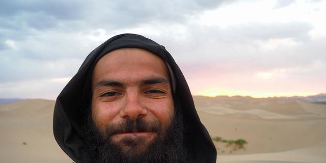 Gobi Çölü'nü başarıyla geçmiş, gururlu bir yüz ifadesi