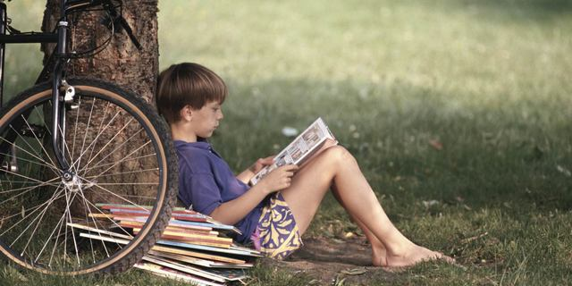 Ali, bazı sıkıcı kitaplar okuyordu