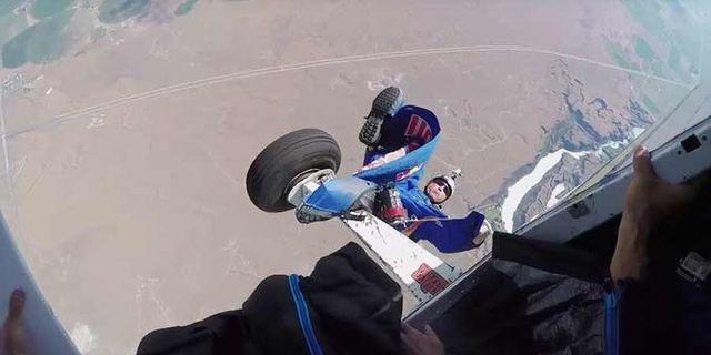 Wingsuit'in bir parçası uçağa takılıyor!